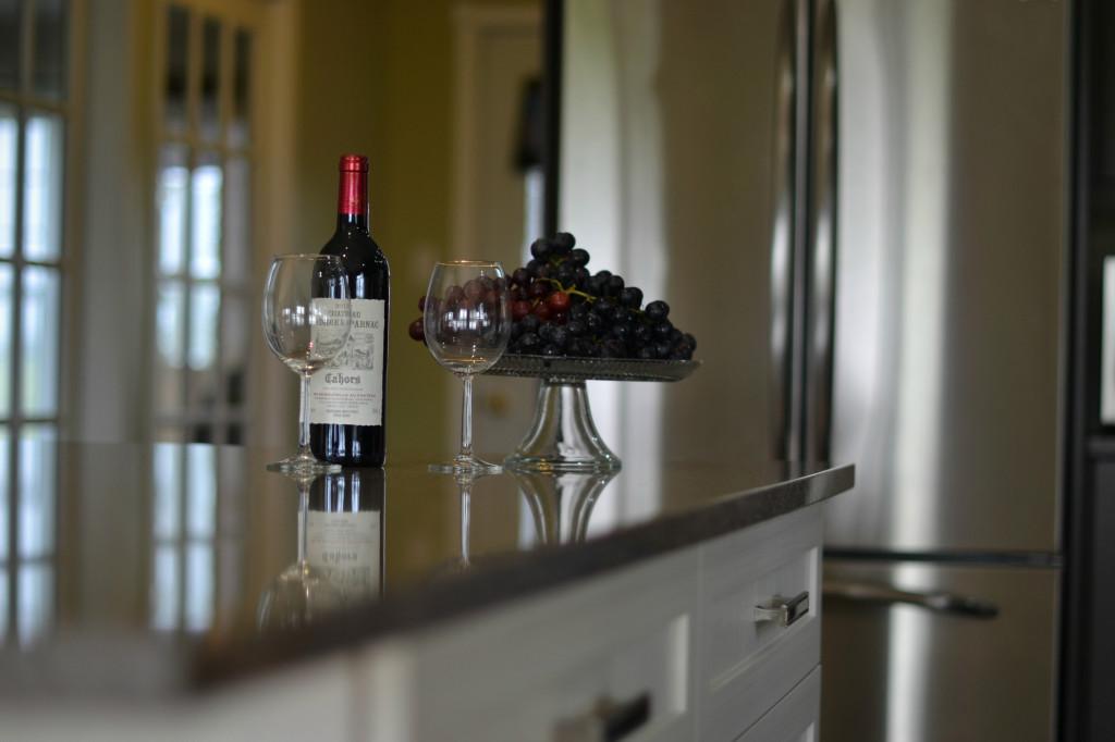 Comptoirs de cuisine avec coupe de vin