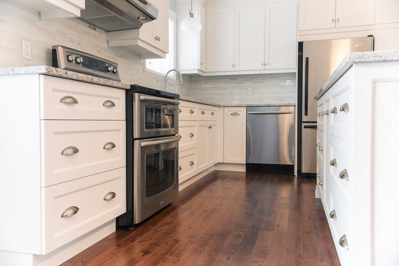 Armoires de cuisine en polyester blanc avec lot for Armoires de cuisine polyester